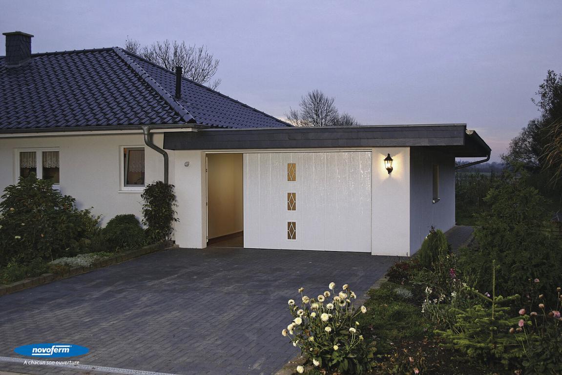 Porte Laterale NovoSide  Design : Nervures larges avec 3 hublots référence 2  Couleur : Blanc